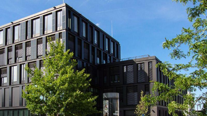 Die Fassade des neuen Institusgebäudes des Zentrum für Sonnenenergie- und Wasserstoff-Forschung Baden-Württemberg (ZSW) ist mit CIGS-Modulen ausgestattet