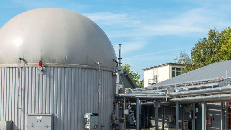 Die Verstromung von Biogas bietet eine Möglichkeit, durch eine angepasste Produktion Schwankungen im Angebot von Wind- und Solarstrom auszugleichen. Forschungsbiogasanlage des Deutsches Biomasseforschungszentrums