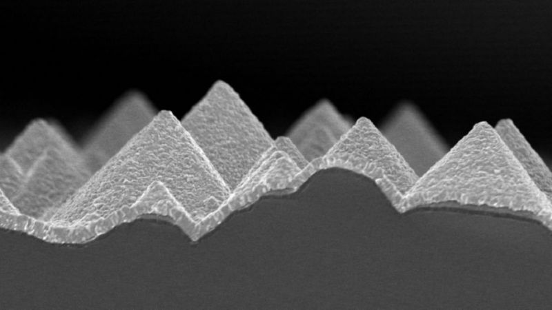 The picture shows a scanning electron microscope image. Shown is a highly magnified view of a perovskite layer deposited on silicon, which was still produced with the thermal co-evaporation method