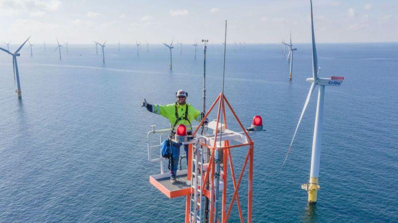 Das Bild zeigt einen Mann auf dem Turm der FINO 2-Forschungsplattform in der Ostsee.