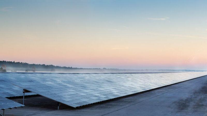 Das Foto zeigt das Kollektorfeld eines Solarkraftwerks.