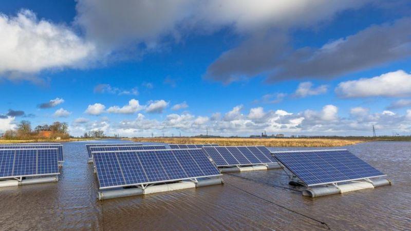 Das Foto zeigt schwimmende Solaranlagen auf einem Wasserpanorama.