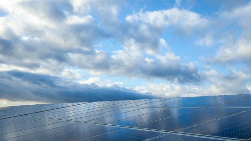 Photovoltaikmodule vor Wolkenhimmel