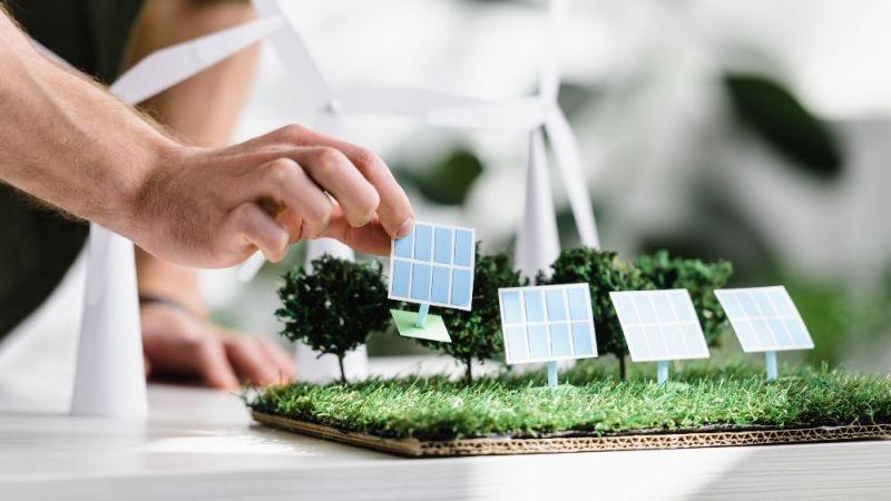 Symbolfoto Miniaturmodell mit Solarmodulen aus Papier