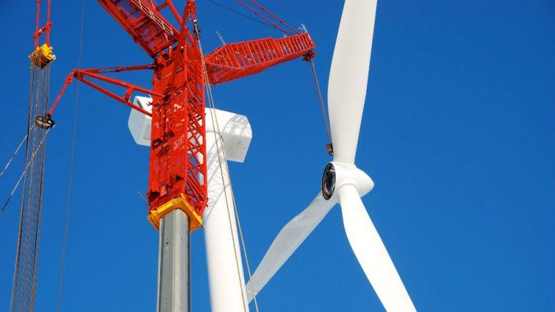 Das Symbolfoto zeigt die Montage eines Windrads einer Windenergieanlage.