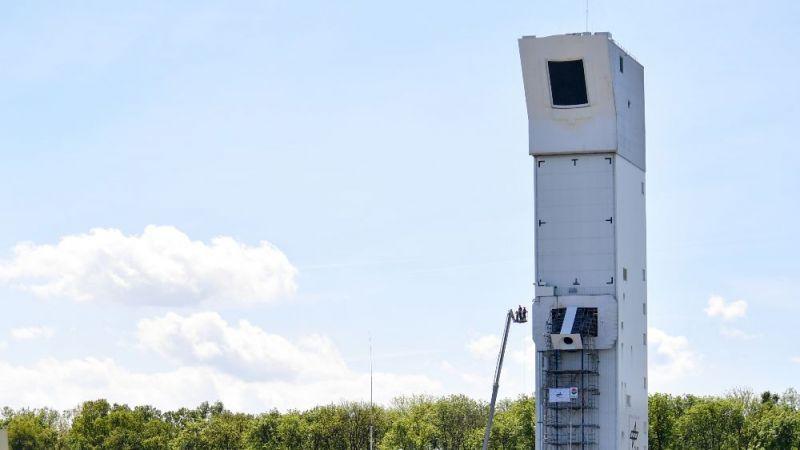 Das Bild zeigt den Turm eines solaren Kraftwerks