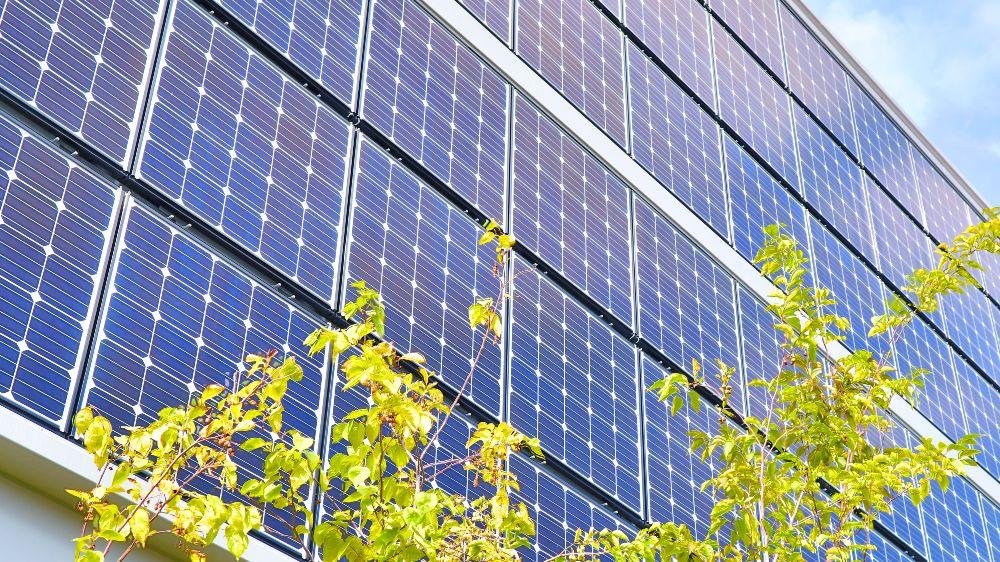 Das Foto zeigt wie sich mit neuen Verfahren Oberfläche, Rückseite und Kontakte von Photovoltaikzellen optimieren lassen, wie hier innerhalb des Forschungsprojekts ForTeS - Entwicklung fortschrittlicher Technologien zur Effizienzsteigerung von Silicium-Solarzellen der nächsten Generation.