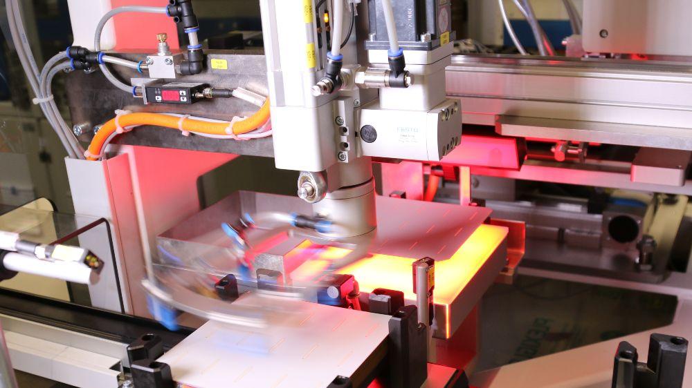 Als alternative Verschaltungstechnologie von Hocheffizienz-Solarzellen kann zukünftig auf Klebetechnologie zurückgegriffen werden, um etwa temperaturempfindliche Heterojunction-Solarzellen schonend und materialsparend zu verschalten.