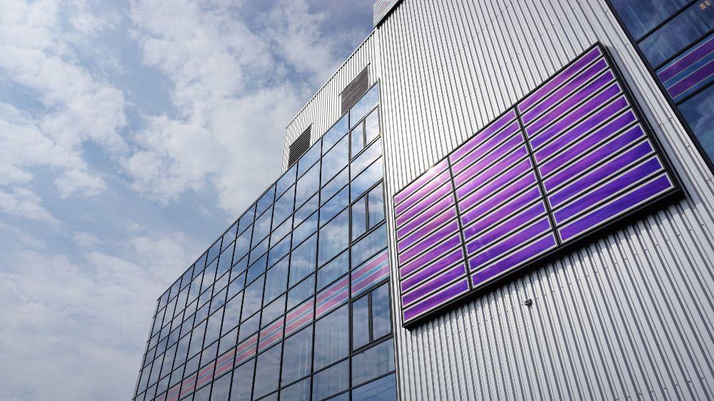 Um den Energieverbrauch auch in Gebäuden und Quartieren mit regenerativen Energien zu decken, hat insbesondere die Integration von Modulen in Gebäude (BIPV – Building Integrated PV) eine hohe energiepolitische Bedeutung.