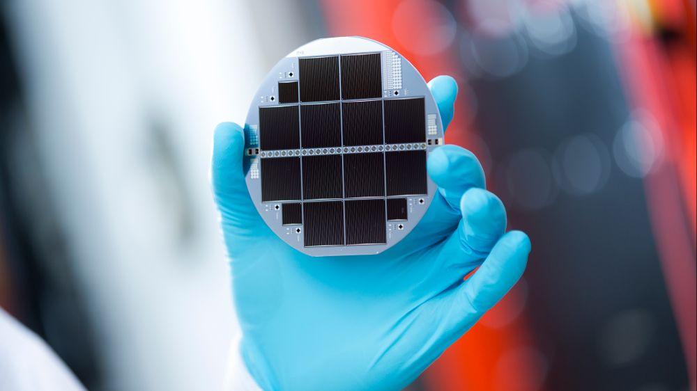 Höhere Wirkungsgrade dank Tandem- und Mehrfachsolarzellen: Hier eine Mehrfachsolarzelle aus III-V-Halbleitern und Silizium, die genau ein Drittel des Sonnenlichts in Strom wandelt.