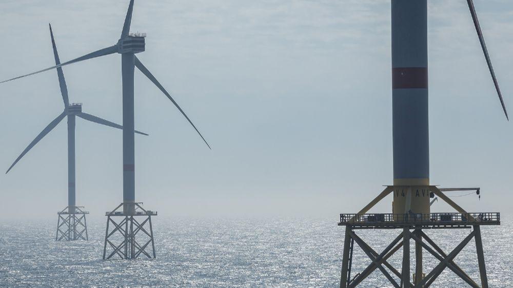 Das Foto zeigt Offshore-Windenergieanlagen. Die auf Forschungsplattformen gewonnenen Forschungsergebnisse und Daten liefern sowohl für die Genehmigungsbehörden als auch für Betreiber von Offshore-Windparks wichtige Erkenntnisse.