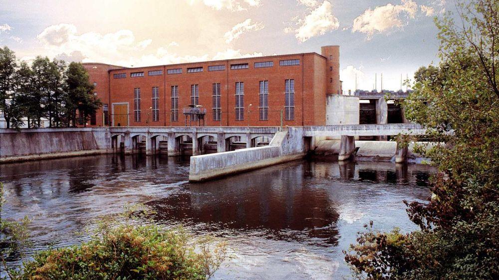 Das Foto zeigt das Wasserkraftwerk Uppenbornwerk. Wasserkraft lässt sich – im Gegensatz zu anderen regenerativen Energiequellen wie etwa der Windenergie und Photovoltaik – verlässlich als Stromproduzent einplanen.