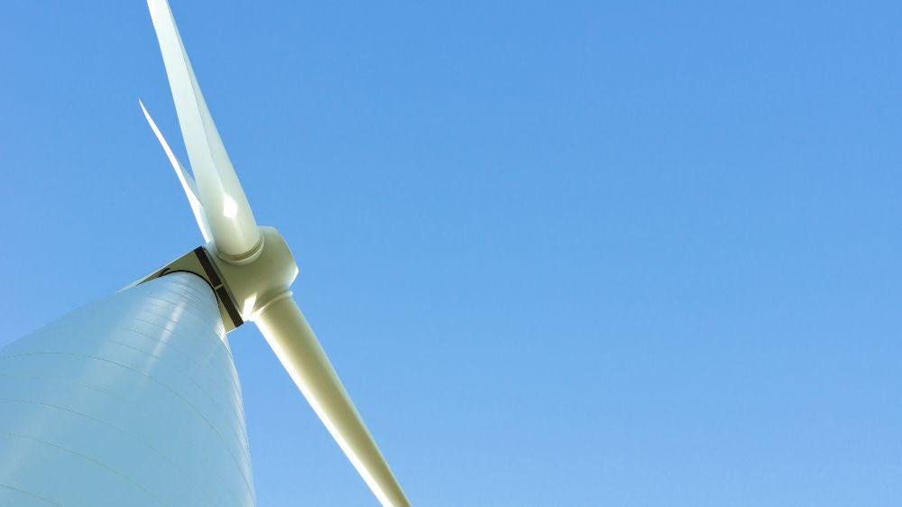 Das Foto zeigt eine Windenergieanlage. Anlagenelemente können erhebliche Beiträge zur Kostensenkung und Steigerung der Zuverlässigkeit liefern.