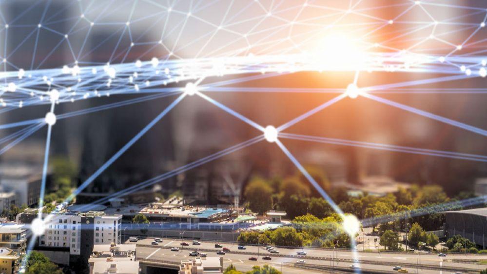 Eine symbolisches Fotomontage eines Netzes über einer Stadt.