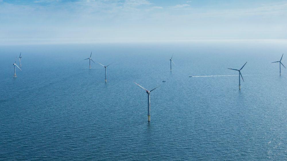Windenergieanlagen auf offenem Meer.