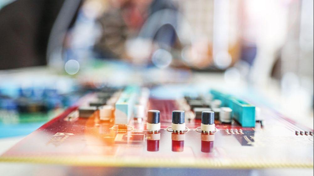 Das Foto zeigt den Laboraufbau für Tests der Zustandsüberwachungsmethoden beim Projektpartner Infineon Technologies.