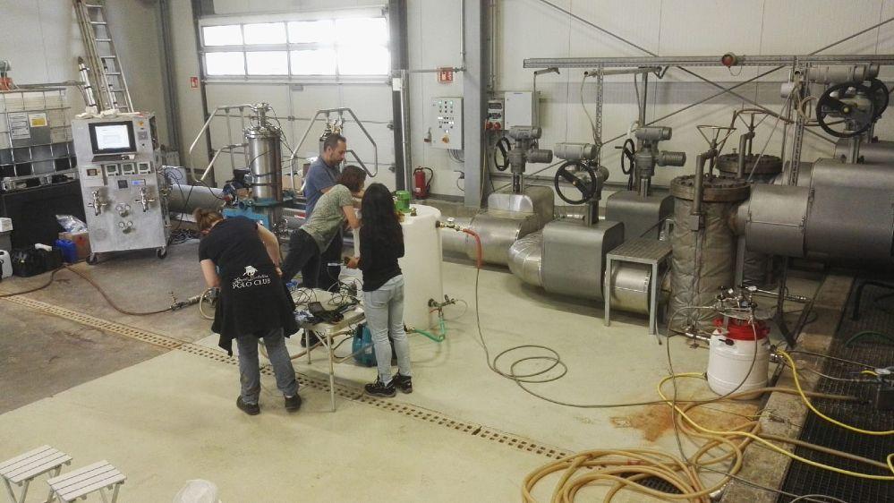 Anwendung des HydroGeoFilt-Filtersystems bei Adsorptionsversuchen, Geothermieanlage Insheim. Adsorptionsmaterialien werden aus dem Reaktionsbehälter in den Filter geleitet.