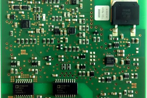 Das Foto zeigt den Prototyp der Leistungselektronik mit integrierter Messelektronik.