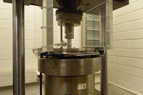 Mit dem entwickelten Versuchsstand können zur hochfrequenten Druckschwellbeanspruchungen an Betonzylinderproben erzeugt werden.