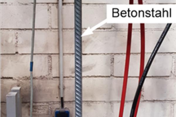 Das Foto zeigt den Versuchsaufbau, um das Ermüdungsverhalten im VHCF-Bereich (very high cycle fatigue), die Ermüdung bei unterschiedlichen Lastregimen sowie die dynamischen Kapazität (an Luft) zu untersuchen.