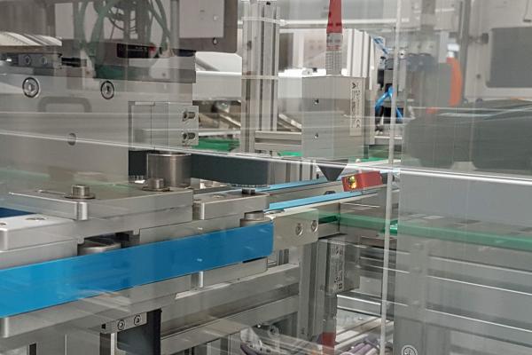 Eine hochauflösende Hochgeschwindigkeitskamera (schwarzer Kegel in der Bildmitte) untersucht und analysiert den kompletten Transportzyklus der Wafer.