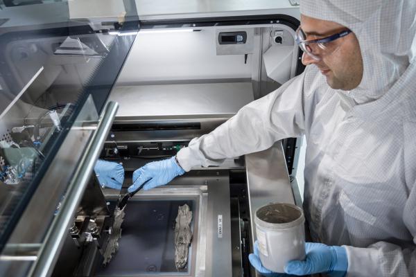 Das Foto zeigt das Auftragen der Niedertemperatur-Paste auf den Siebdrucker.