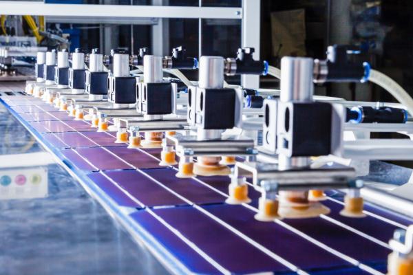 Das Foto zeigt einen HJT-Solarzellen-String.