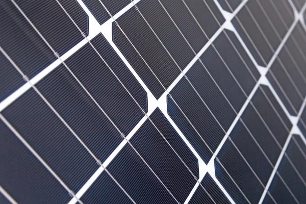 Das Foto zeigt ein Photovoltaik-Modul aus halbierten Solarzellen.