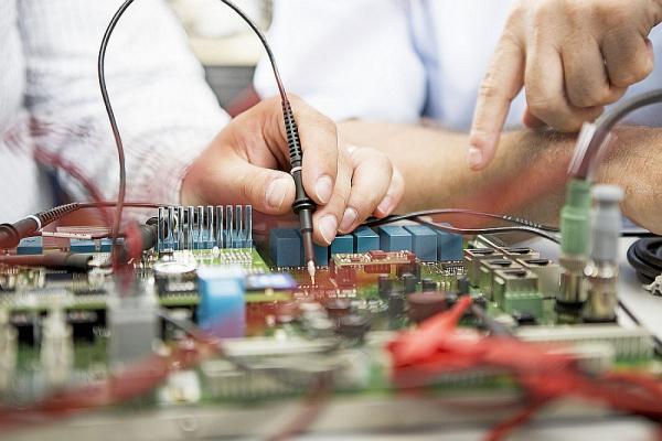 Das Foto zeigt eine neu aufgebaute elektronische Schaltung, die im Labor überprüft wird.