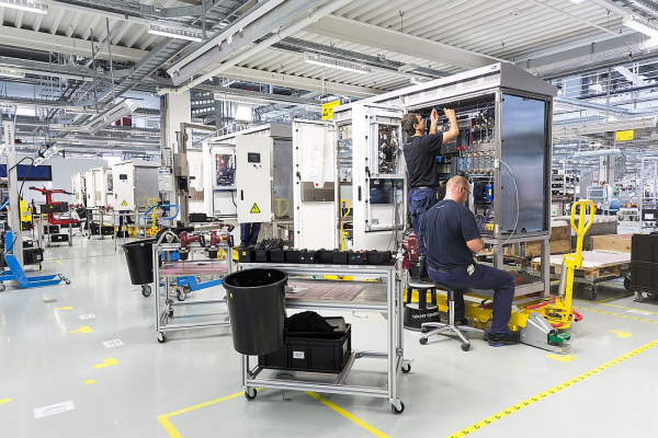 Blick in eine Wechselrichter-Fabrik in Niestetal bei Kassel.