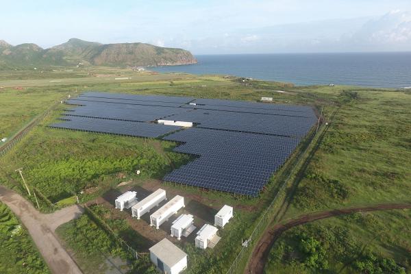Das Foto zeigt ein großes Kollektorfeld des PV-Diesel-Hybridsystem mit Batteriespeicher, welches die 4000 Einwohner der Karibikinsel St. Eustatius mit Energie versorgt.