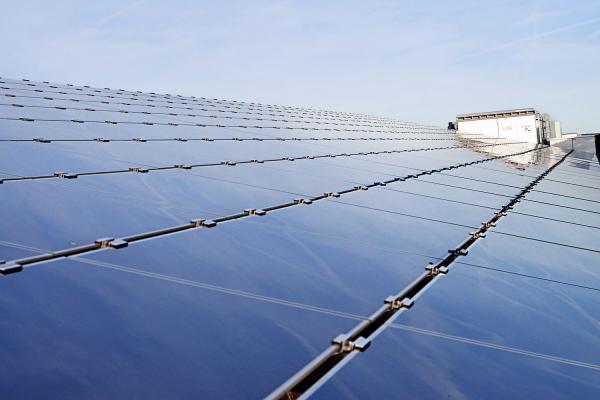 Das Foto zeigt ein Solarkraftwerk mit Zentralwechselrichter der Megawatt-Klasse.