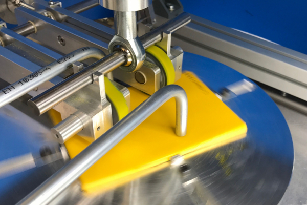 Die Prüfeinrichtung erzeugt definierbare Schäden an den Probenkörpern aus Stahl.