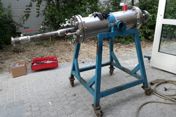 Das Filtersystem HydoGeoFilt befindet sich in einem zylindrischen Gehäuse aus einem Chrom-Nickel-Stahlwerkstoff.